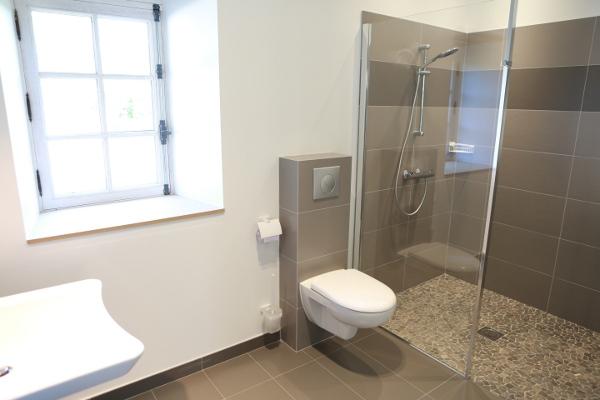 Separation dans un grande salle de bain avec wc for Wc et salle de bain
